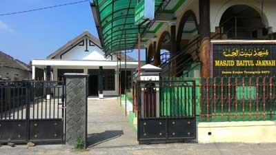 tampak samping masjid baitul jannah
